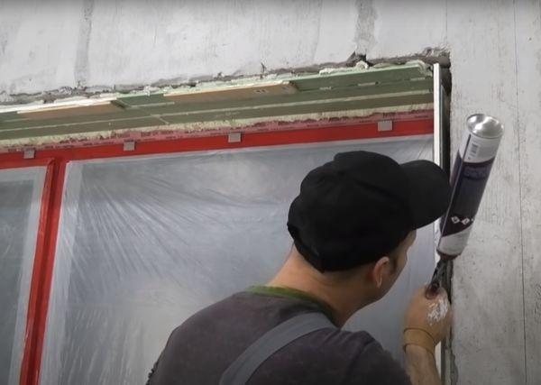 Заполнение промежутка между стеной и гипсокартоном монтажной пеной.