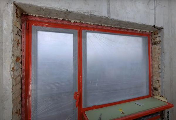 Окно закрытое полиэтиленовой пленкой.