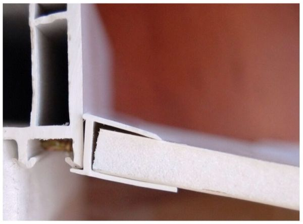 Установка П-образного начального профиля под углом к оконному блоку.