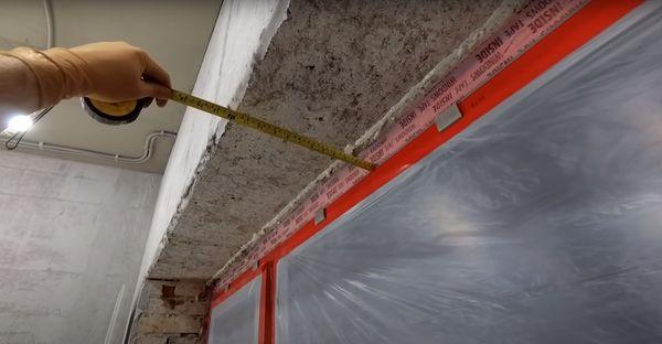 НА фото измерение ширины верхнего откоса.