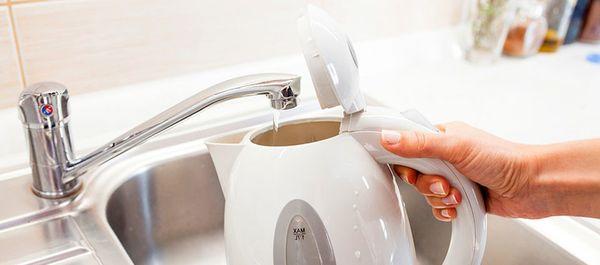 Заливка воды в чайник.