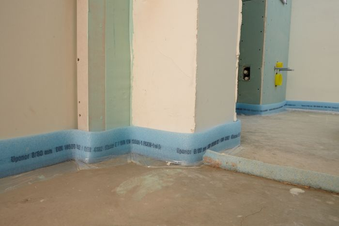Установка демпферной ленты по периметру комнаты.
