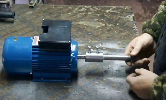 Электродвигатель с установленной осью для зачистных щеток.