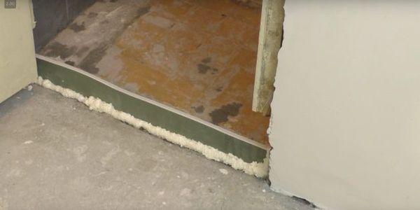 Перегородка из гипсокартона закрепленная строительной пеной.