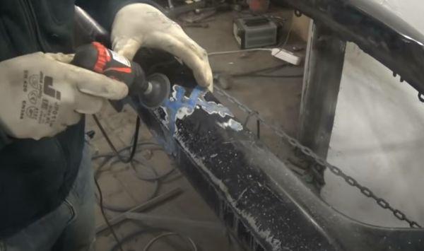 Шлифование сварного шва на бампере.